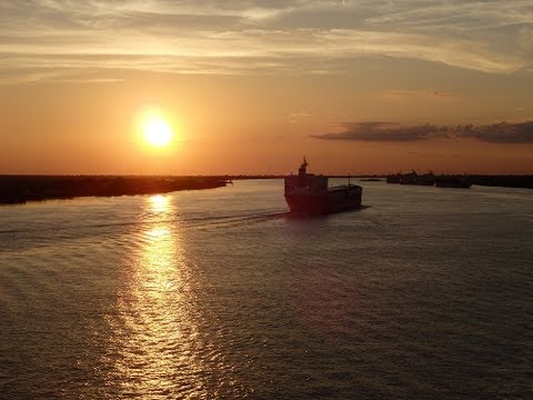 Time Lapse video: Cruise ship sails down the Mississippi River