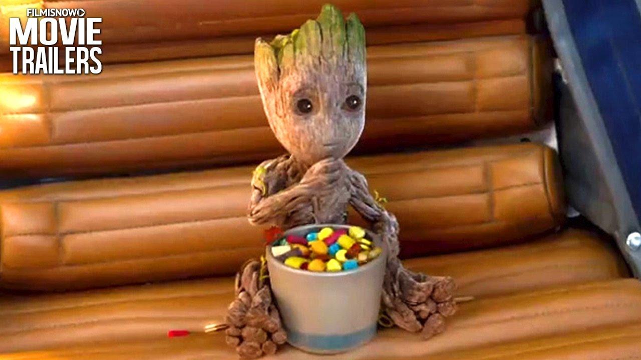 Cena de Baby Groot comendo doces
