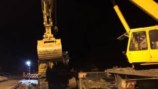 Автокраны в Калуге вытаскивают упавший экскаватор(, 2014-11-20T06:04:49.000Z)