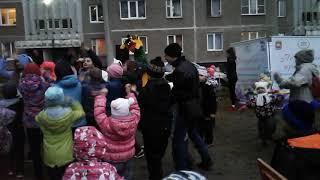 Смотреть видео Праздник Во Дворе ! ДЕПУТАТ БУРМАТОВ УСТРОИЛ!В честь день рождения Единной России!(2) онлайн