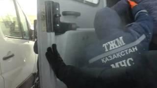 На трассе Актобе–Орск в снегу застряли 22 машины(За 28 часов на актюбинских трассах эвакуировали 94 человека и вытащили 47 машин. Видео пресс-службы ДЧС,, 2016-01-20T16:40:15.000Z)