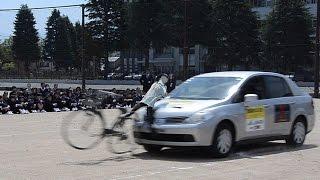 自転車事故の危険性を知ってもらおうと、プロのスタントマンが事故を生...