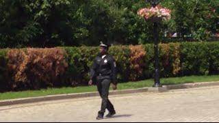 Негр полицейский в центре Киева постановка
