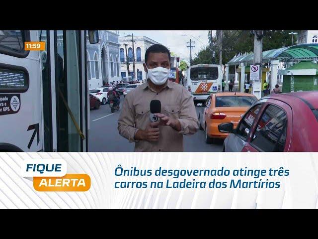 Ônibus desgovernado atinge três carros na Ladeira dos Martírios, no centro de Maceió