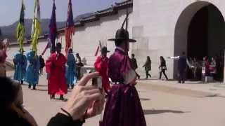 Video Seoul, South Korea - Gyeongbokgung Palace - Changing of the Royal Guard download MP3, 3GP, MP4, WEBM, AVI, FLV Desember 2017