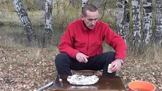 Рыба на углях в фольге на природе.