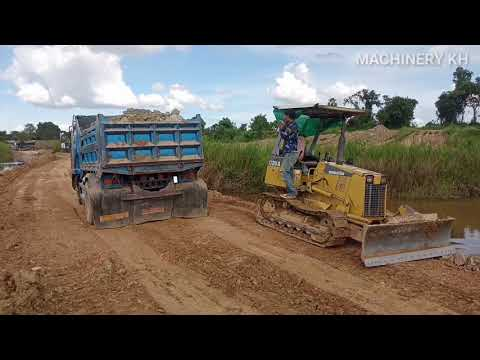 육상 트럭 Amazing Dumb Trucks Stuck Deep In Mud Recovery By Bulldozer