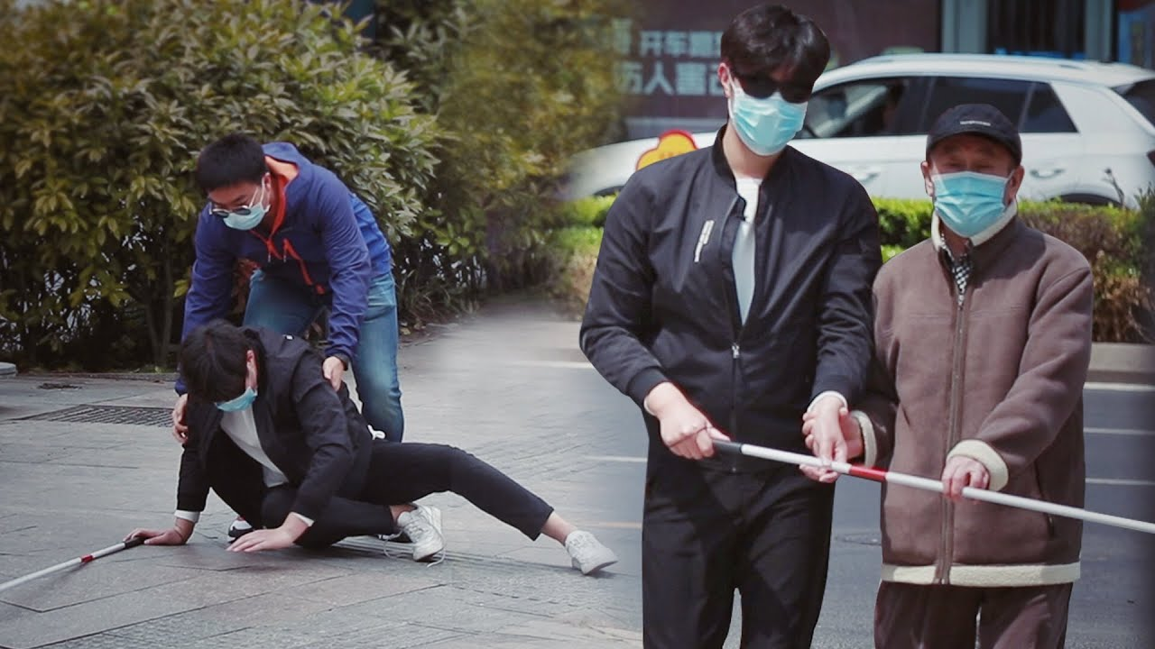 Blind Man Trips Over His Shoelace | Social Experiment 当盲人不小心被鞋带绊倒,接下来的一幕太暖了!(社会实验)