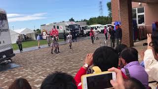 ライブ終了後、出待ちの人達に神対応してくれた山田さん.
