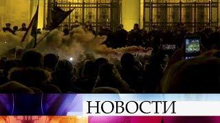 В Будапеште протестующие пытались прорваться в здание парламента Венгрии.