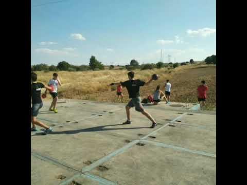 Atletas de Majadahonda entrenan en el campo con las pistas municipales vacías