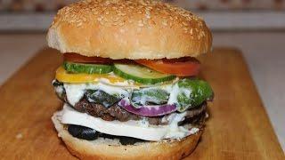 Бургер с сыром фета и чесночным соусом из йогурта / Burger with feta cheese and garlic yogurt sauce