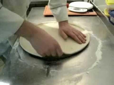 Как раскатать дрожжевое тесто для пиццы