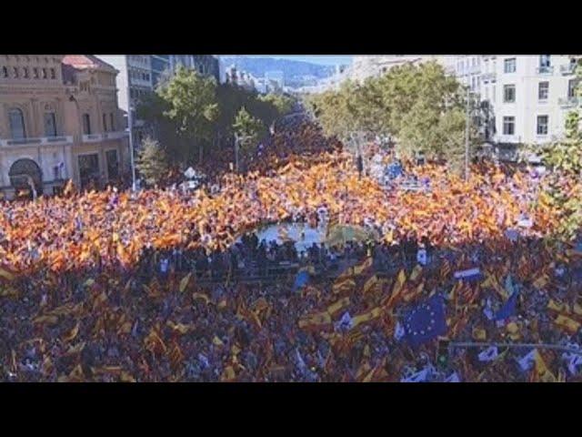 Barcelona se llena de banderas catalanas y españolas por la unidad