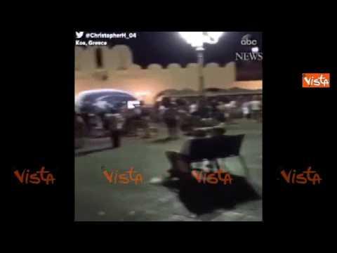 Sisma a Kos, la gente per strada fra le macerie