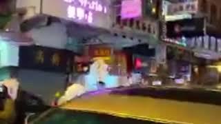 香港警察拿枪指向抗议者