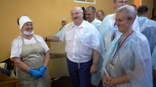 Лукашенко: Бедные женщины! Мокрые все! Ты же видишь, в каких условиях люди работают? || Хлебопекарня