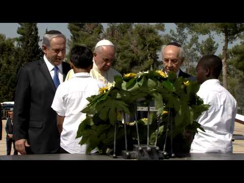 Pope Francis lays a wreath at Mount Herzl