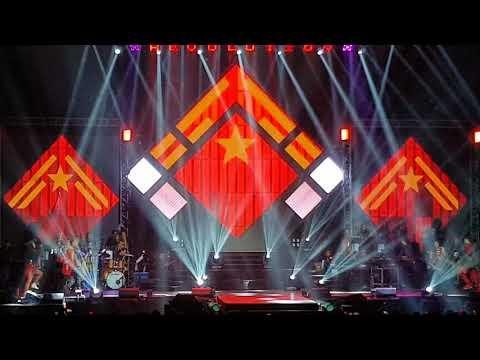 Super bonggang opening number ng JaDine Revolution Concert