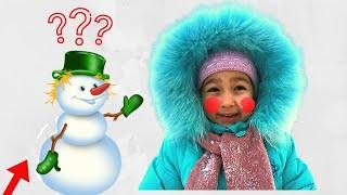 Алиса и папа и играют со снегом и лепят снеговика