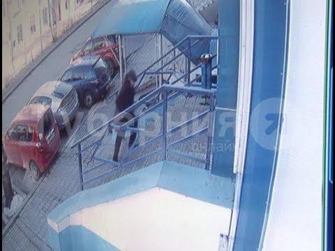 Нетрезвый мужчина ушел из хабаровского магазина в краденом пуховике. Mestoprotv