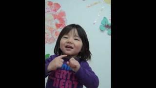 2歳の子供が歌うクリスマスソング 'I saw mommy kissing Santa Claus'