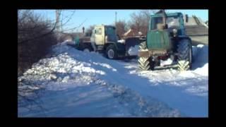 Трактор Т-150К против сугроба снега