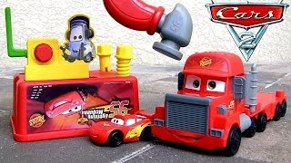 Pixar Cars Mack Tool Truck 2-in-1 Transform Camión Mack Truck Hauler in Workbench with Mcqueen