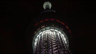 真下から見上げた「雅」でライトアップする夜の東京スカイツリーです。 ...