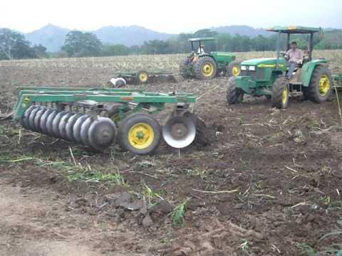 Resultado de imagen para tractores arando tierras