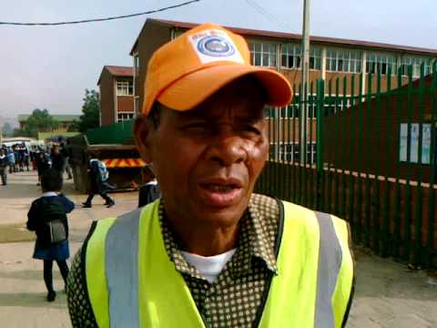 Johannesburg: Oldie helps kids cross road