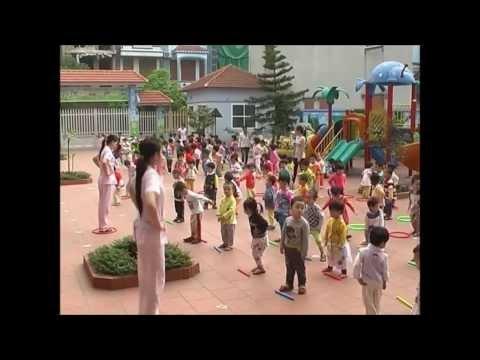 Các bé tập thể dục buổi sáng ở trường mầm non Hồng Nhung T.p Thái Bình