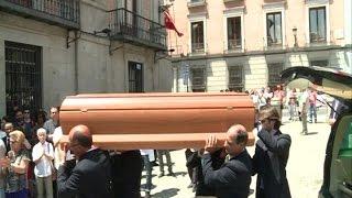 Aplausos para recibir los restos mortales de Pedro Zerolo