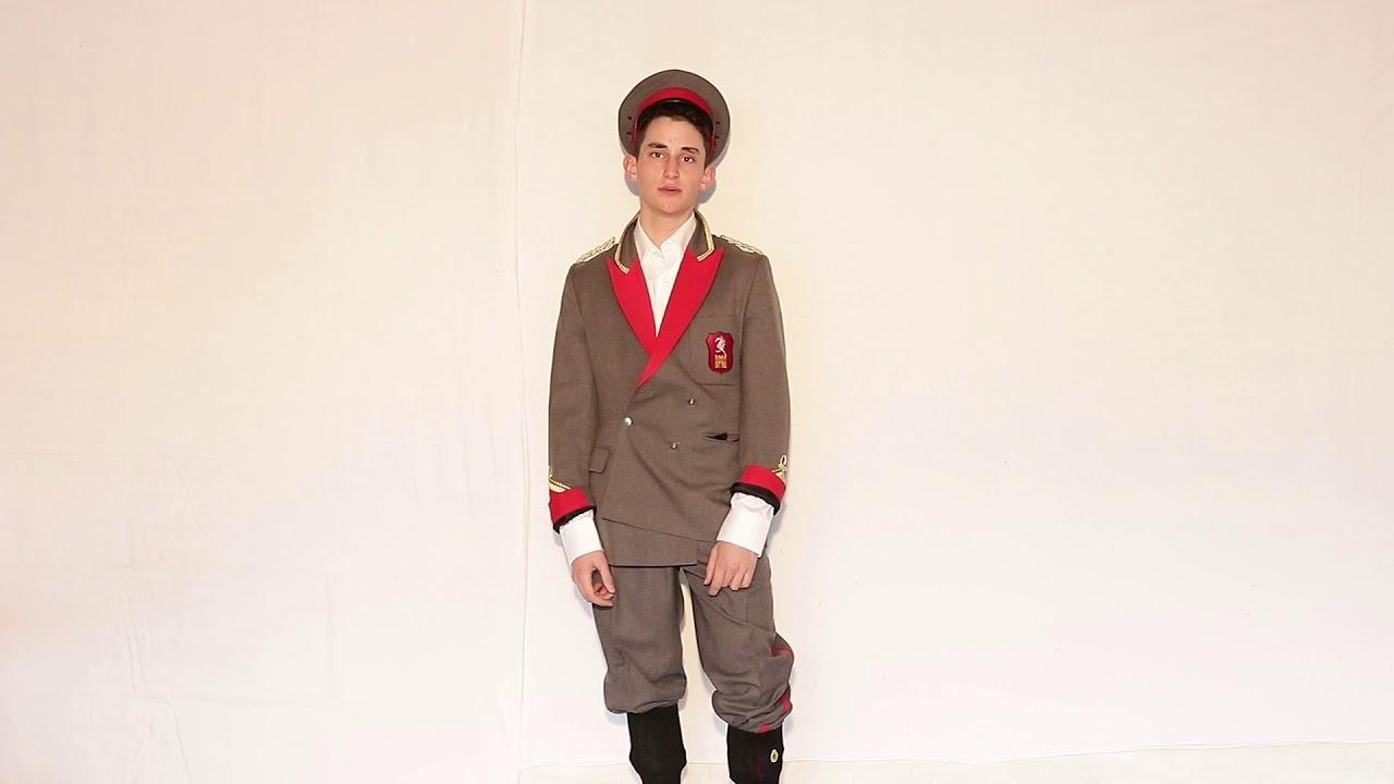 Nest-ce pas aussi que les uniformes datent du règne actuel *?