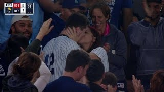 طلب يد حبيبته فى الملعب فحدثت مفأجأة لم يكن يتوقعها .. فيديو