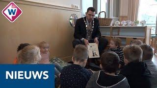 Nieuwe burgemeester Westland leest voor aan peuters - OMROEP WEST