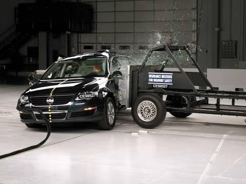 2006 Volkswagen Passat side IIHS crash test