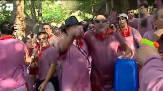 La Batalla del Vino de Haro tiñe de rojo los riscos Bilibio con 130.000 litros de Rioja