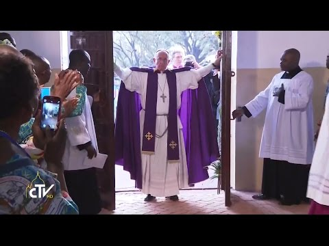 The Pope Opens the Year of Mercy in the Central African Republic. Here is the Moment.
