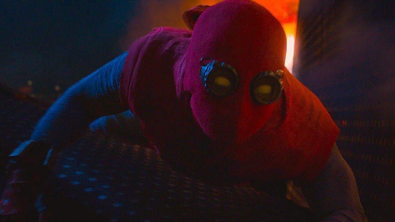 Человек Паук сажает Лайнер Тони Старка на землю. Человек ...