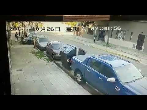 camaras-captan-el-momento-en-que-dos-delincuentes-le-roban-el-arma-a-un-policía-de-la-ciudad