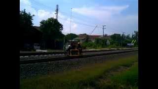 Sepeda motor lori berjalan diatas rel kereta api