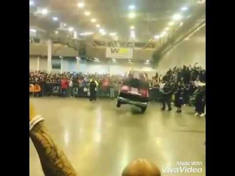 Машины танцуют под музыку