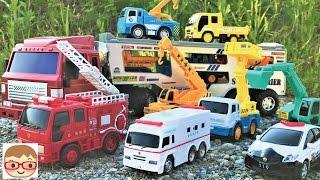 働く車のおもちゃ!キャリアカーがパトカー、救急車、ショベルカー、ミキサー車を積んでいくよ♪のりものあつまれ!20sarasa にーさら