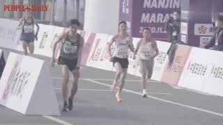 In the 2020 Nanjing Marathon on Sun, Yang Le suffered from spasms but he never stopped his pace