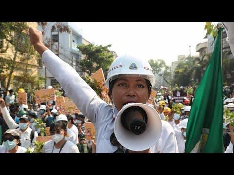 فيديو: عمليات كرّ وفرّ بين الأمن والمحتجين ضدّ العسكر والانقلاب في ميانمار …  - نشر قبل 37 دقيقة