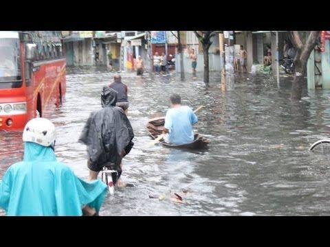 Người Sài Gòn tả tơi bơi thuyền trên phố do triều cường