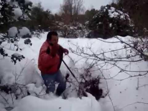Hombres peludos en la nieve