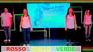 Amici, ecco la coreografia della canzone semaforo ROSSO GIALLO VERD...