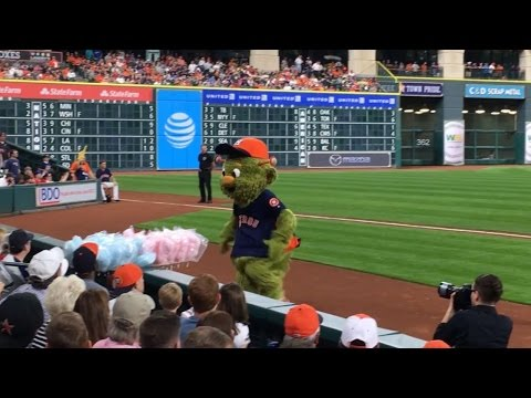 Astros mascot Orbit has fun with cotton candy vendor